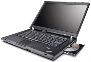 En bærbar computer blev oprindelig designet til, at være fleksibel og flytbar. Den blev fremstillet til at skulle kunne transporteres fra sted til sted, der af navnet bærbar. Den skulle kunne bruges i hele huset, i haven, på terrassen osv. uden begrænsning og uden at være afhængig af at skulle stå fastlåst på et skrivebord. I dag hvor stort set de fleste bruger WIFI, og internettet er mobilt og fri af kabler, giver den bærbare computer en stor frihed og mobilitet. Den kan bruges på mange måder, enten ved skrivebordet, sofabordet, på skødet i sofaen, der af navnet laptop eller i sengen på en mere afslappet dag. Den bærbare er multifunktionel. Tager man denne funktionalitet endnu længere, kan den faktisk helt erstatte den stationære, den kan erstatte det traditionelle TV og kan kombinere alle disse funktioner i ét enkelt medie.  <h2>Bærbar og stationær - to i én </h2>  Investerer man i en bærbar computer i en rigtig god kvalitet, som er stabil og har en lang holdbarhed, kan man bruge denne til rigtig mange forskellige ting. Ønsker man f.eks. at spare plads og er man træt af, at have en masse computer udstyr stående fremme, så er en bærbar det helt rigtige valg. Har man dog samtidig brug for funktionen af en stationær computer, f.eks. at kunne side ved skrivebordet og arbejde ved computeren ved en større computer skærm og bruge en traditionel mus og tastatur, så kan dette sagtens lade sig gøre med en bærbar computer også. Man kan nemlig nemt kombinere den bærbare med funktionerne af den stationære uden at behøve at anskaffe sig en stationær.   Dette gøres ganske enkelt ved, at man kobler en ekstern computer skærm til sin bærbare, det enten med et HDMI eller VGA stik. Man kobler ligeledes en mus og et tastatur til sin bærbare, enten via USB eller Bluetooth eller lign. trådløs teknologi. Så har man helt de samme funktioner, som hos en stationær computer, og kan sidde ved skrivebordet og arbejde, og man har samtidig en computer, som kan kobles fra igen, og tages med hen i